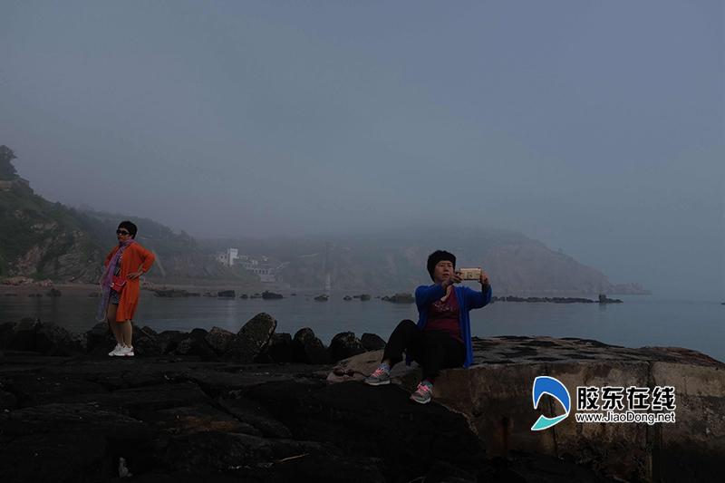 (六)游客在蓬莱阁下拍照留念