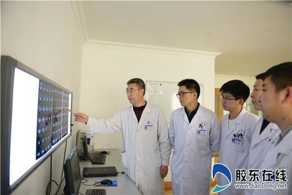 宫向前(左一)带领团队讨论患者病情