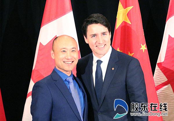 图1:加拿大总理特鲁多对喜旺产品给予高度评价 加拿大总理特鲁多(右)  喜旺集团董事长林强(左)_副本