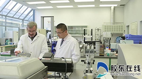 图4:喜旺科研人员和来自世界各地的食品科学家探讨研发技术_副本