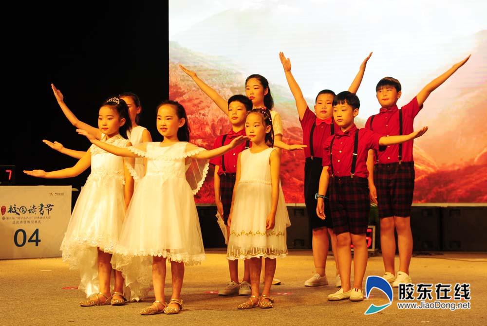 圣桑艺术培训中心的同学们表演《我爱你中国》