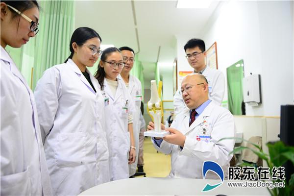 宋世庆(前右一)团队研究患者病情
