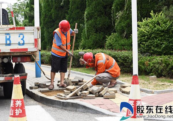 施工人员正在海普路进行道板修补