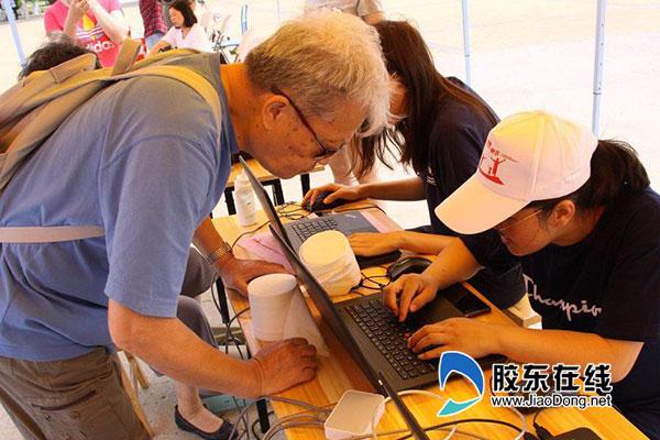 现场为市民提供慢性病、老年病防治等健康咨询服务
