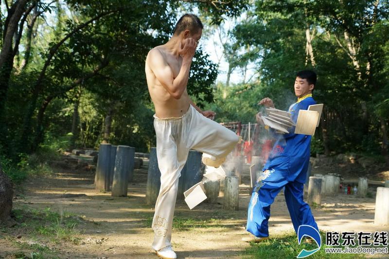 """7月21日,拍摄的海阳市第六代""""螳螂拳""""传承人纪智仁在向学员传授螳螂拳技法。"""