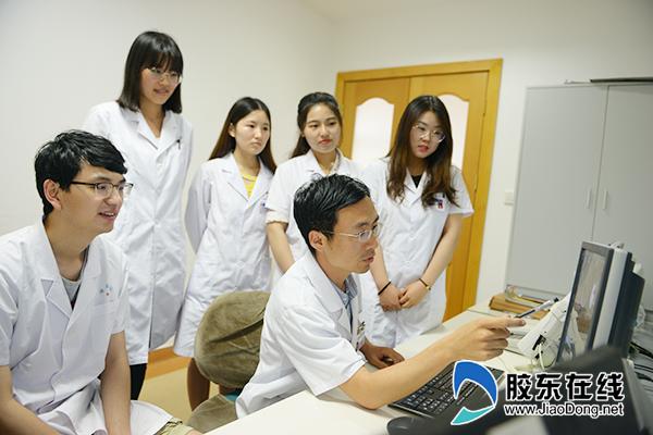 马恒(右二)与同事讨论患者影像资料