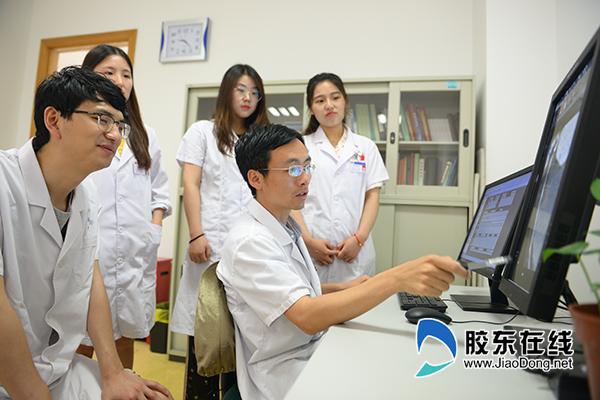 马恒(右二)查看患者影像资料