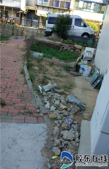 奇山路78号楼东侧杂物堆积 周边环境亟待整治