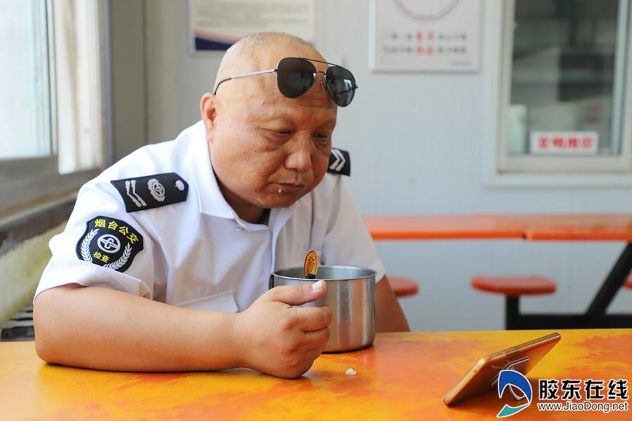 公交司机吃饭间隙看手机