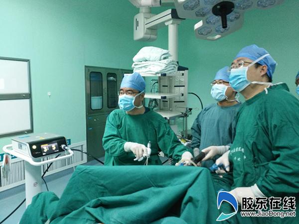 陈军主任正在做手术
