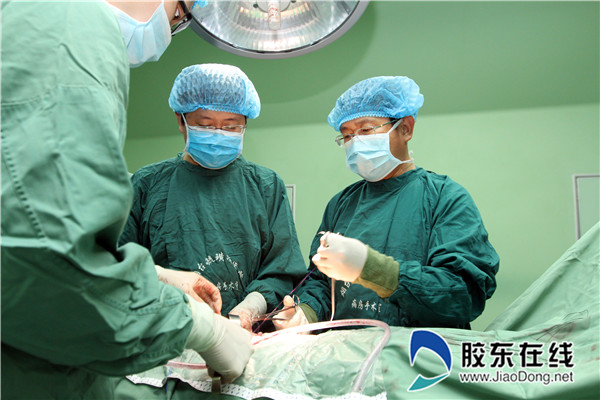 高振利教授(右一)正为患者手术