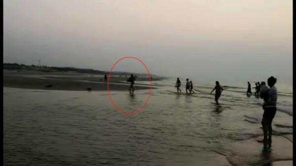 2 目击者拍摄的王桂林的救人举动_meitu_1