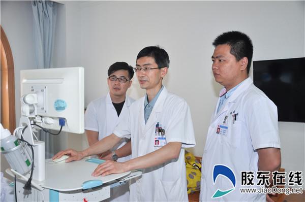 王在秋(中)与团队讨论患者病情