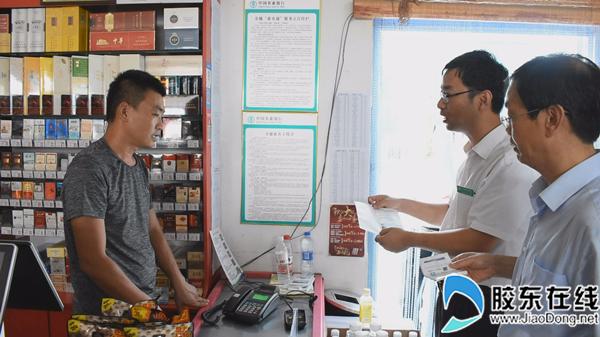 银行员工走进商店了解惠农通服务站使用情况