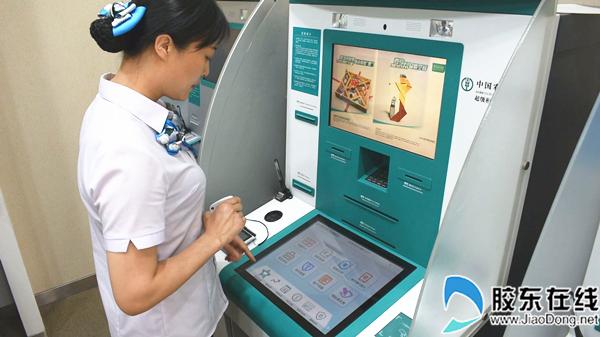 银行员工演示超级柜台使用方法