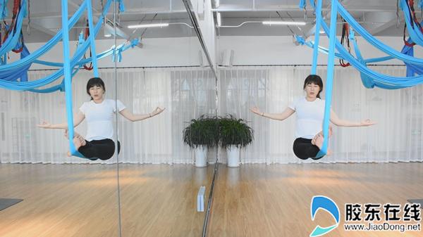 瑜伽教练进行瑜伽展示