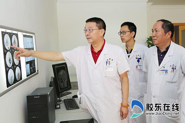 吴鑫(左一)与团队讨论患者病情