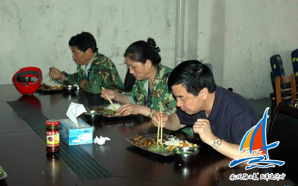 项目攻坚阶段,张国良(右一)和同事们吃住在生产一线。(受访者供图)