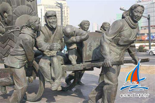 """位于连云港市中心的""""雷锋车""""群雕"""