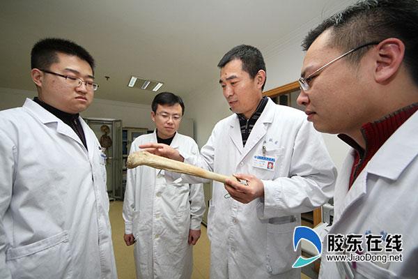 王新(左三)正在进行教学查房
