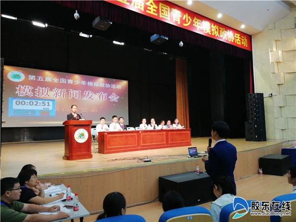 姜润坤同学做新闻发言人并接受模拟记者提问