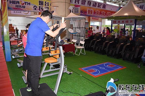 市民体验健身器材