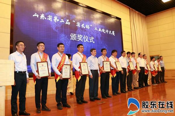 """为大赛金奖获得者授予奖杯、证书和""""富民兴鲁""""劳动奖章"""