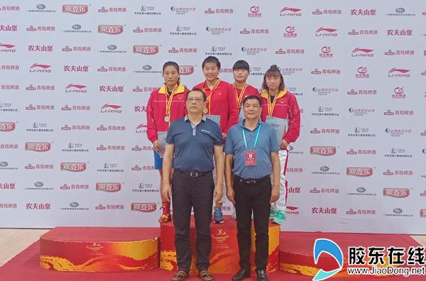 颁奖现场 后排左二为烟台队69-75kg级冠军王夕玥