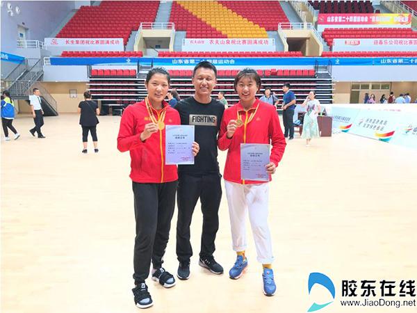 主教练尚乔大(中)与获奖运动员合影(左一为女乙63-66kg级冠军李彤,右一为69-75kg级王夕玥)