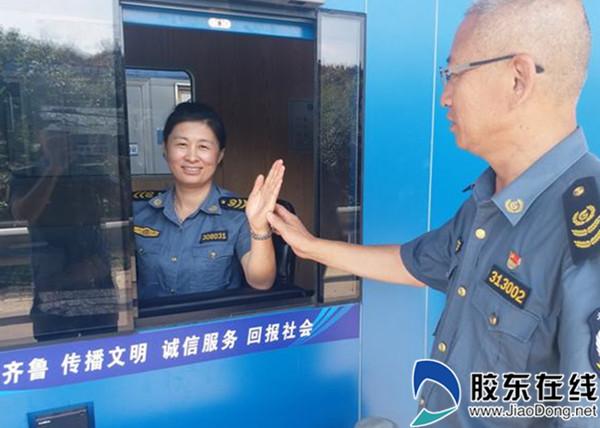 收费站一线收费员中开展文明礼仪培训,从标准的迎送手势到真诚的微笑