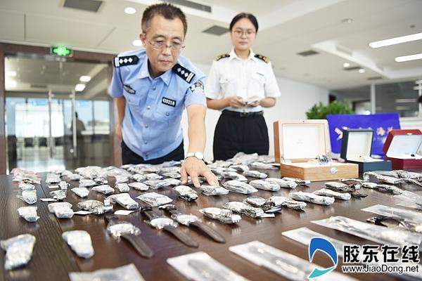 海关工作人员对查获走私手表进行清点 姜元武 摄