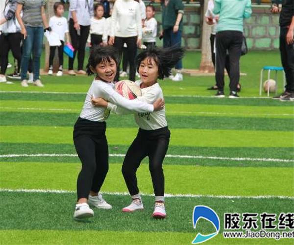 一年级小朋友抱球跑