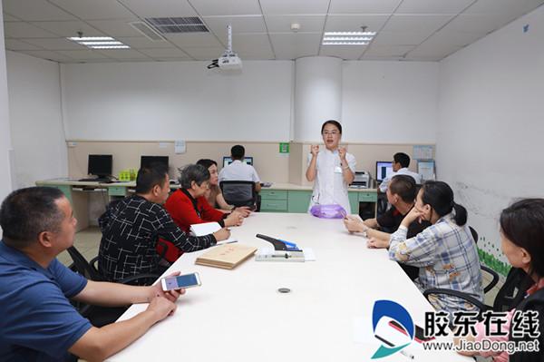 烟台山医院心胸外科护士正在指导大家做术后肺康复训练