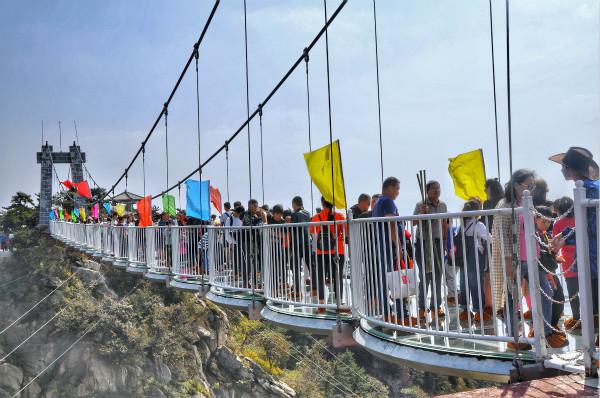 玻璃桥上游客