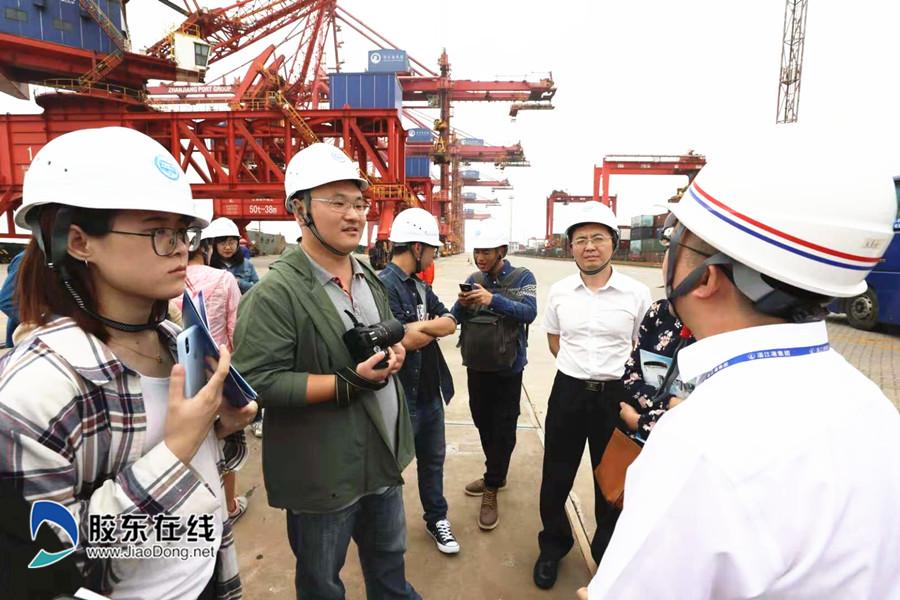 采访团在码头采访-湛江日报社供图_副本
