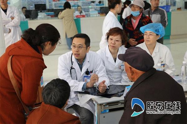 呼吸内科于鹏飞副主任医师、西区手术室刘新杰护士长、西区手术室安亚妮主管护师为患者答疑解惑