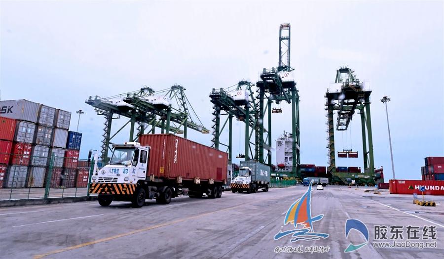 2018年10月11日,江阴码头繁忙装卸货物,运输车不断运送集装箱。杨勇 摄