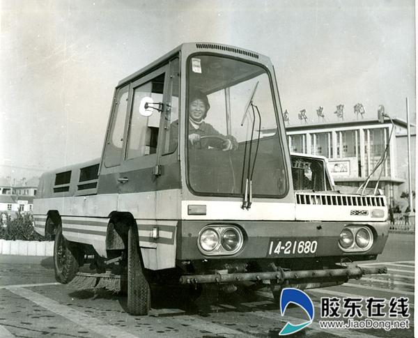 1978年,市区第一辆扫地车
