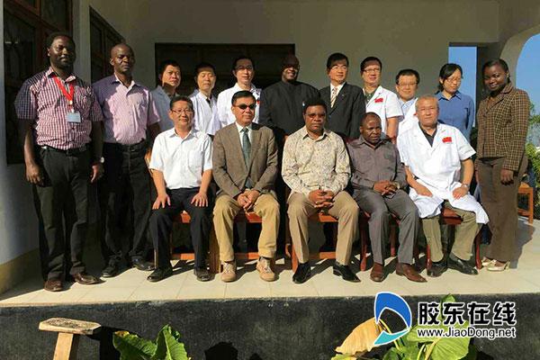 王强(后排右三)和坦桑尼亚总理马贾力瓦、大使馆参赞苟浩东、医疗队长江永华、林笛省省长等合影