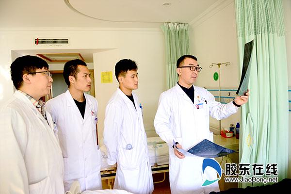 王光达(右一)和他的团队