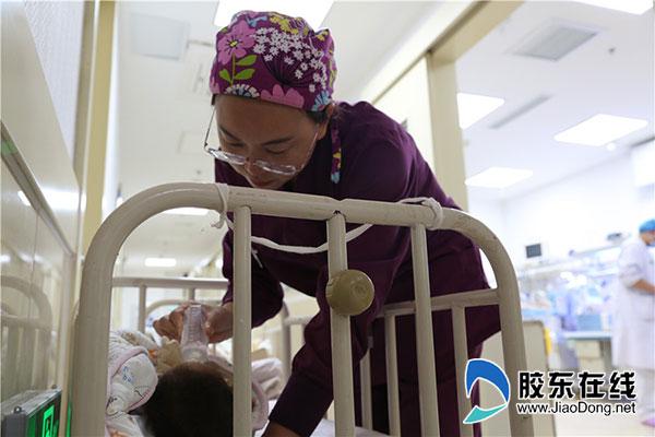 医护人员照顾早产儿