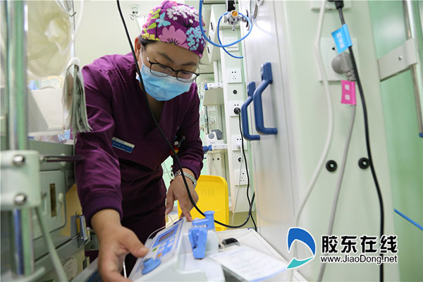医护人员时刻注意监护仪器