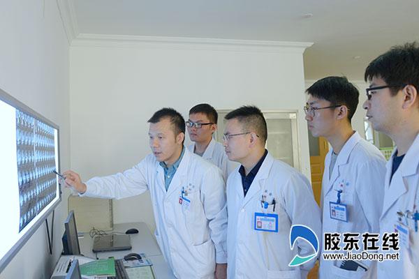 吴吉涛(左一)团队研究患者病情