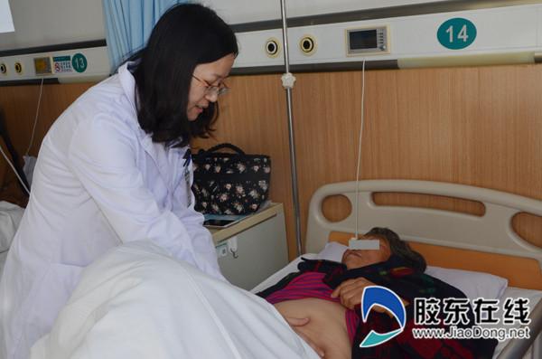 曹晓凌正在给病人查房