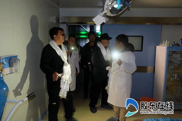 2.因当地经常停电,周喜强副书记一行打着手电现场了解当地医院手术室情况