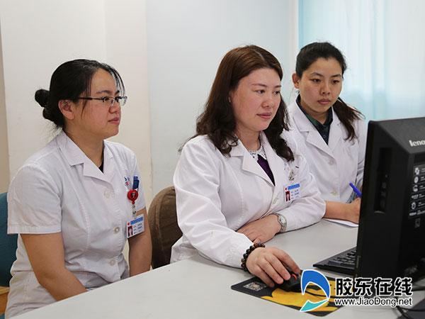 林立新(中)和她的医疗团队讨论患者病情