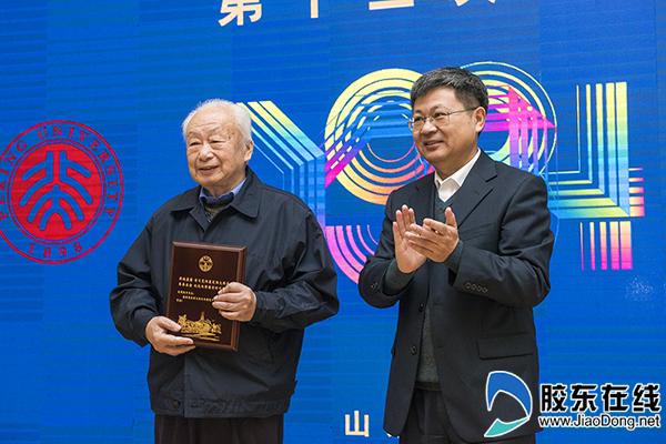 烟台大学党委书记张伟为援建者代表钱振为颁发纪念证书