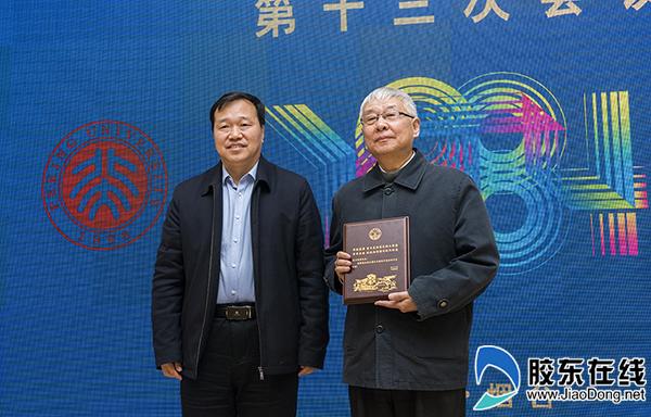 烟台大学校长郭善利为援建者代表方新贵颁发纪念证书