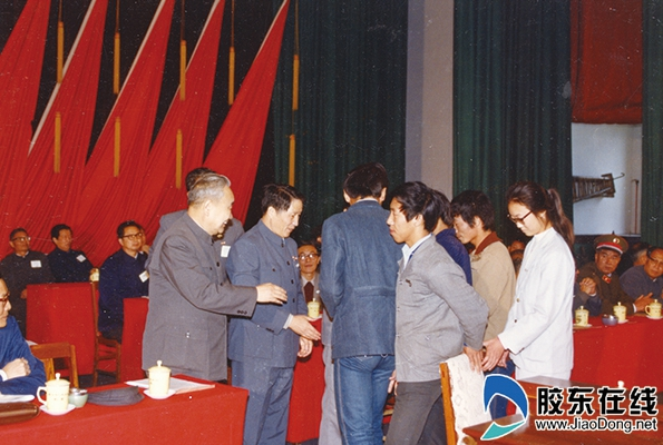 1985年10月20日烟台大学在烟台市政府礼堂举行首届学生开学典礼_副本