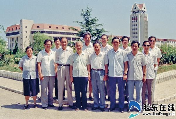 1990年8月,完成了援建任务即将离开烟大返京的部分援建者在校园内合影留念。_副本